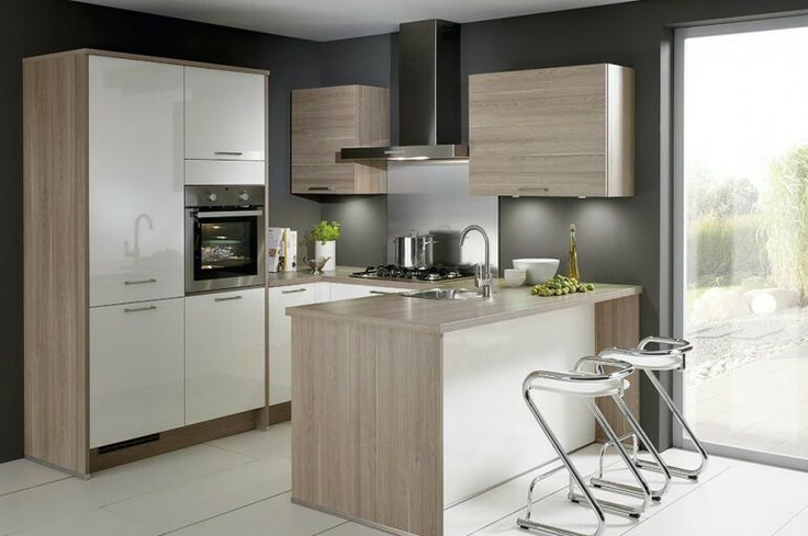 Witte keuken met houtkleurig blad u-vorm