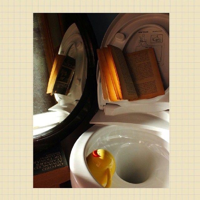 Toilet booker Old book to learn Have oxford dictionary (Help me) to break a spell of all inside it Buku tua untuk dipelajari Kamus Oxford sebagai bantuan Memecahkan setiap kata-kata di dalamnya Setiap orang memiliki sisi humor yang bisa jadi terasa aneh bagi orang sekelilingnya. Begitu juga saya, keberadaan bebek kuning ini mengungkapkan rasa humor saya. Tanpa dia di situ, sebagai aktor pembantu, dunia toilet booker tidaklah lengkap. Mungkin saja si bebek kuning itu adalah saya sendiri.