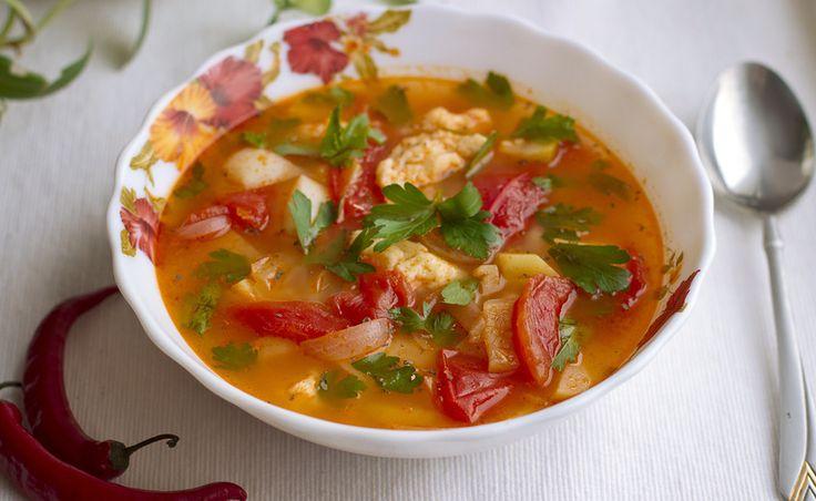 Летний суп с томатами, клецками и чили