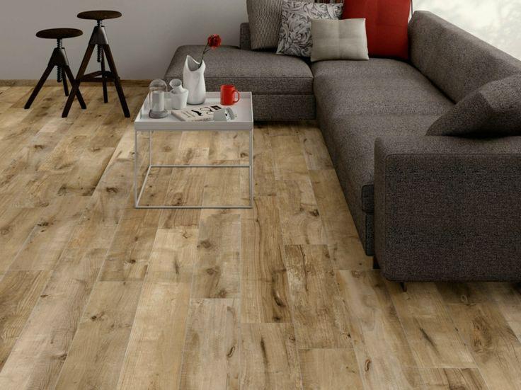 sofá gris y suelo de losas que imitan madera en el salón