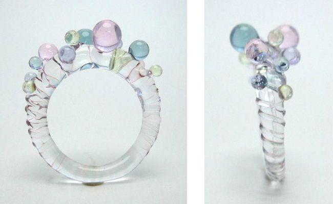 透明ガラスのベースにピンククリアとアイスクリア2本のラインでスパイラルを作ったリングに、4色の透明ガラスのつぶつぶをランダムに付けました。涼しげでちょっと楽しくなるリングです。※ガラスの粒は、硬い物と…