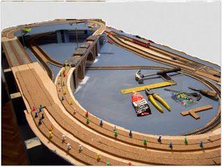 Pegado de la base de corcho pegada con cola de contacto sobre la que se instalará la vía, y servirá de infraestructura para la cama de balasto.