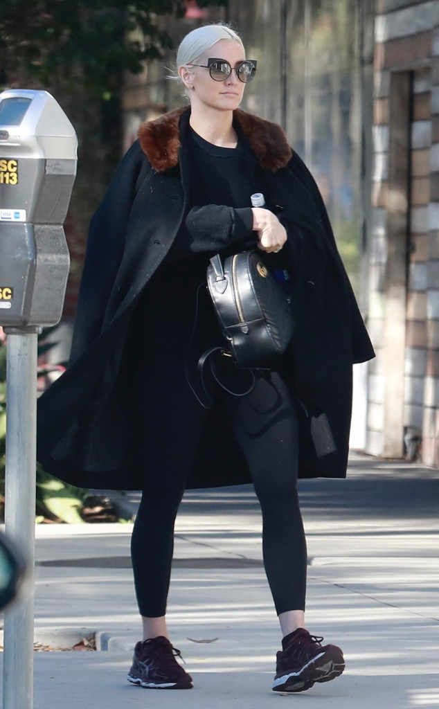 Ashlee Simpson struts her stuff in a comfy yet chic all-black ensemble and fun round sunnies with cat-eye details.