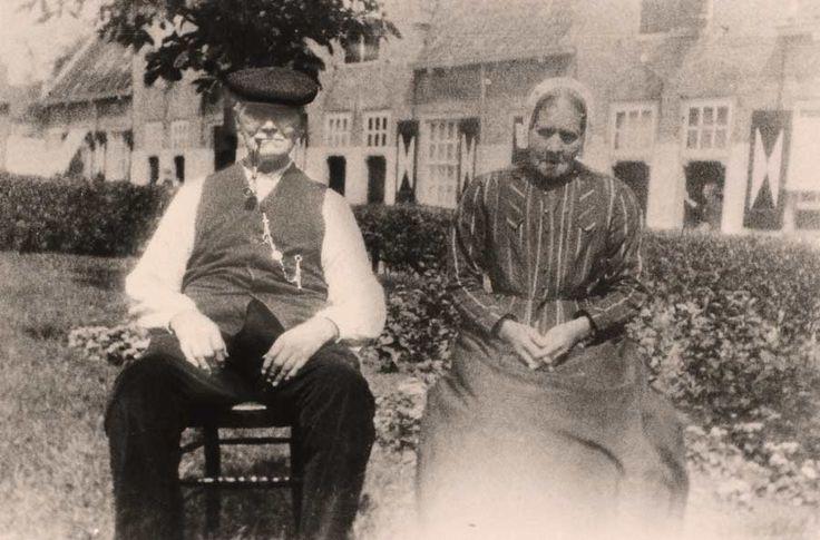 Jan de Ram en zijn vrouw Petronella G. Alsemgeest in het Heilige Geest Hofje in Naaldwijk