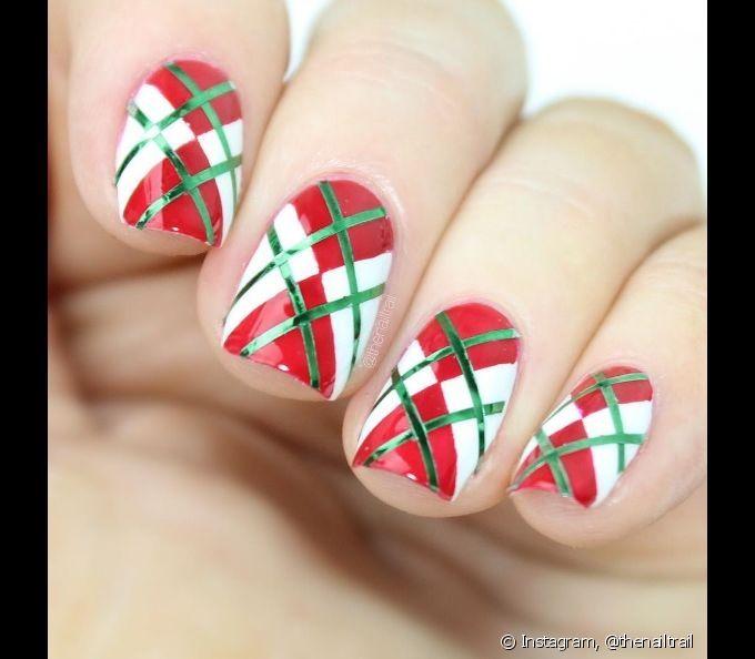 Fitas metalizadas verdes podem arrematar ainda mais as unhas xadrez de Natal, feitas com os esmaltes vermelho e branco