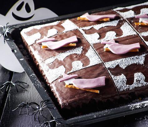 Schokoladiger Blechkuchen mit Hexen-Optik