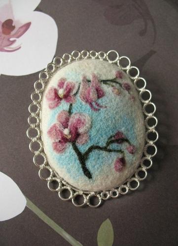 Workshop: Embossed pattern on the brooch. Dry felting | Felted Loft
