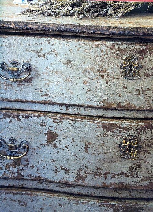 stile chippy che si caratterizza per  avere la vernice della superficie scrostata-donnacreativa.net