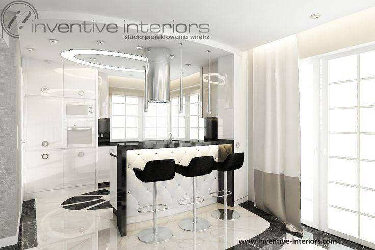 Projekt kuchni Inventive Interiors - luksusowa biała kuchnia z czarnym blatem - pikowane tapicerowanie na barku