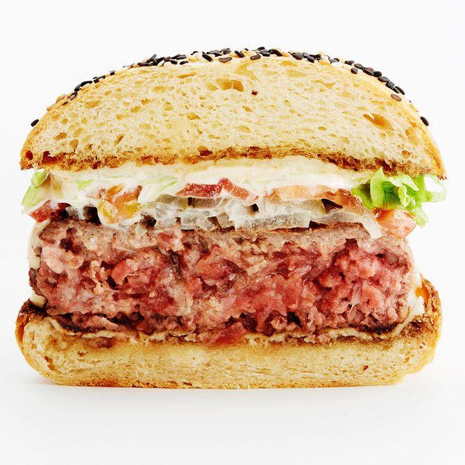 """Unohda taikinan vaivaus ja säilytä jauhelihan """"syyt"""" ehjinä, niin saat täydellisen burgerpihvin."""