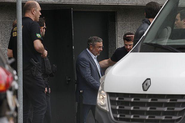 O ex-ministro Antonio Palocci decidiu negociar um acordo de delação premiada com os procuradores da Operação Lava Jato. Na tarde desta sexta (12), ele avisou seu advogado de defesa, o criminalista José Roberto Batochio, que ele terá de se afastar do caso, o que deve ocorrer ainda hoje.