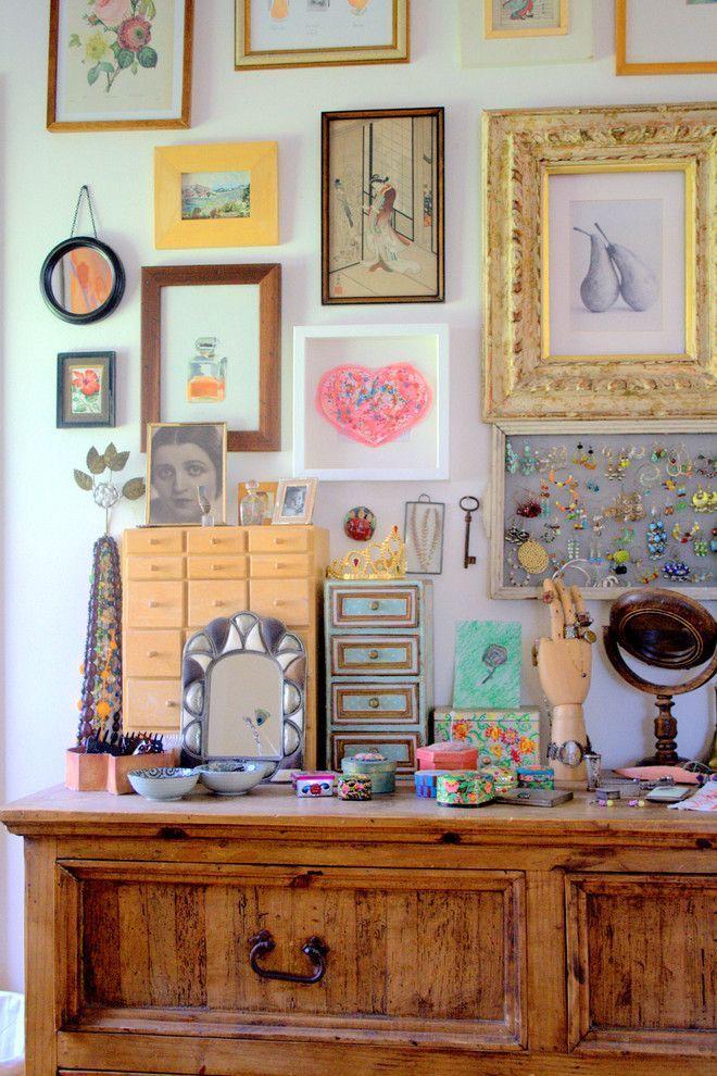 Рамки для фотографий на стену: коллажи для интерьера и 80+ избранных решений по композиции http://happymodern.ru/ramki-dlya-fotografij-na-stenu-kollazhi/ Фотографии и художественные работы в разнообразных рамках, как собственноручно декорированных, так и в стандартных готовых, в интерьере стиля шебби-шик