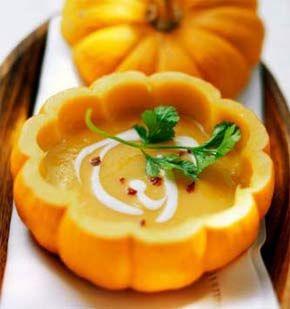 Preparação da sopa de abóbora: Em primeiro, começa por colocar todos os ingredientes dentro do copo Bimby, exceto o sumo de laranja.