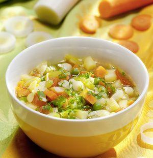 Zwiebel würfeln, im heißen Öl anbraten. Kartoffeln, Möhren, Staudensellerie und Porree putzen, schälen, in Würfel oder Ringe schneiden. Zu den...