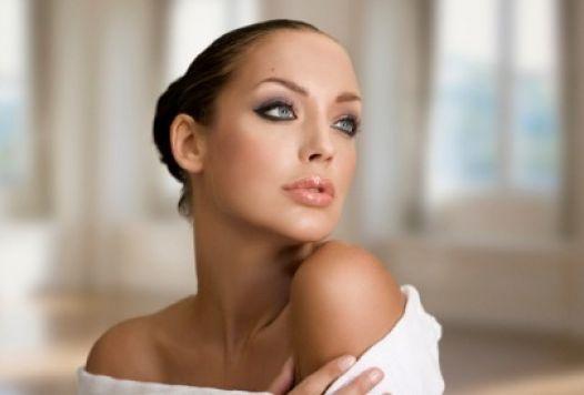 Un'acconciatura sposa semplice ed elegante, valorizzata da un trucco luminoso che mette in risalto il volto, per una sposa minimale e elegantissima.