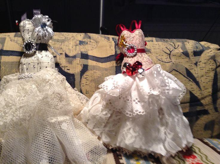 Framsidan av papermaiche klänningarna