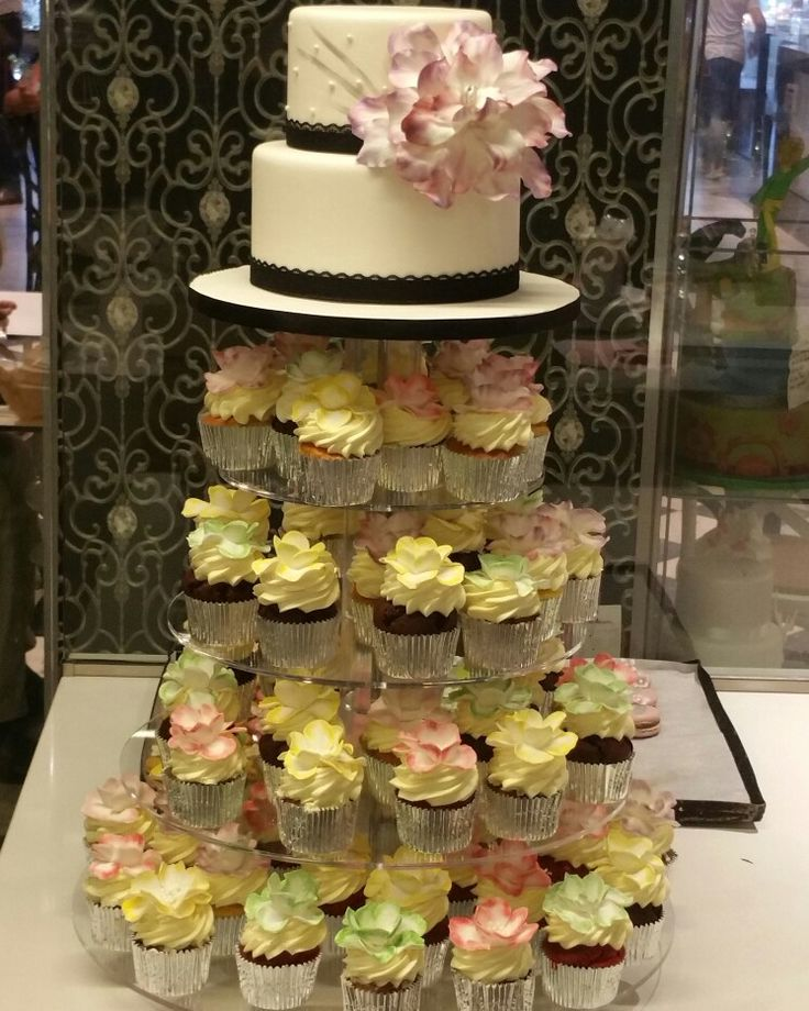 Flower cake and cupcakes. Cake Studio Roma Cake Artist : Isabeau Conti 18 anni