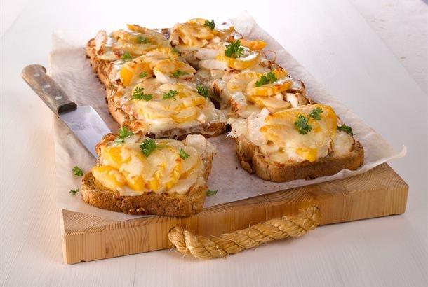 Lämpimät broilerileivät maistuvat iltapalana tai lounaana salaatin kera. http://www.valio.fi/reseptit/mehevat-broilerileivat/