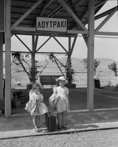 Οι κόρες του φωτογράφου με βαλίτσα σε σιδηροδρομικό σταθμό. Λουτράκι, 1950 Ιωάννης Λάμπρος