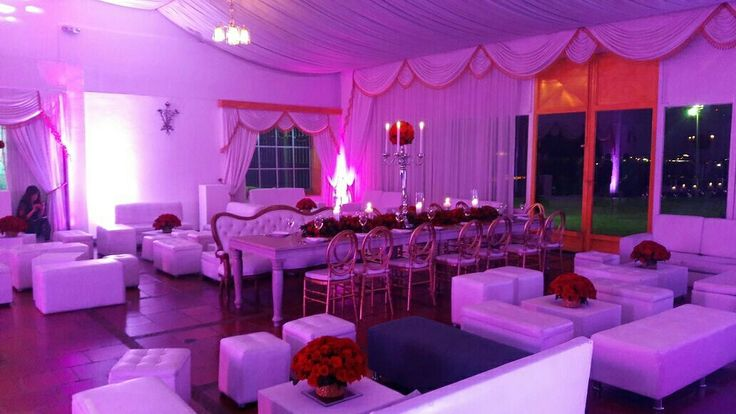 Evento castillo Marroquín   Salas capitoniadas  Mesa Vintage rectangular  Sillas phoenix doradas  Decoración salón   Contáctanos📲3115194190