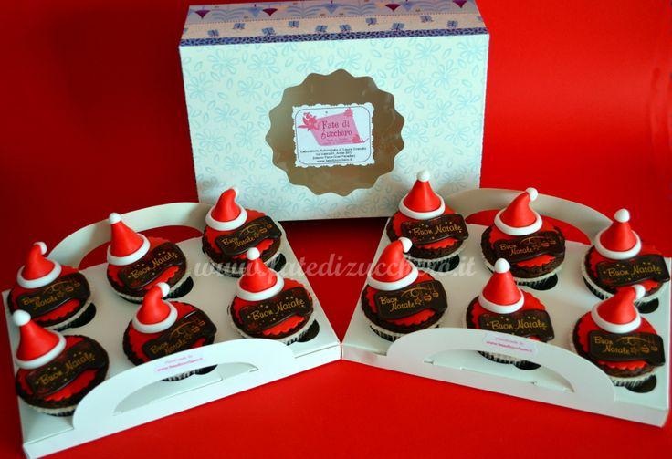 Cupcake Decorati Natalizi: con cappellini di Babbo Natale interamente modellati a mano, cadeaux al cioccolato e confezione regalo