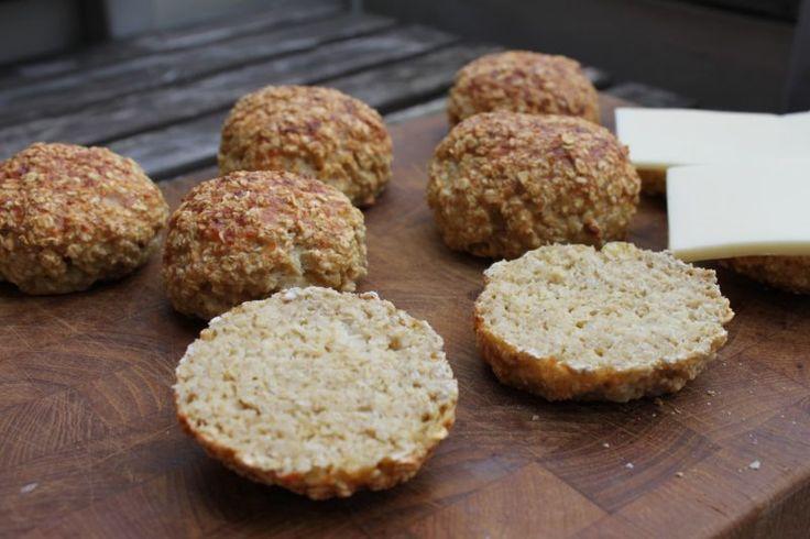 Forrige uge spurgte jeg jer på min Instagram (som I kan følge, foruden min Facebook, hvis I kan li' mel-og sukkerfrit bagværk, og ønsker at få besked når der hver uge kommer nyt fra Sydhavnen om dén slags), om I ville ha' opskriften på disse boller, eller mine bananmuffins af TO ingredie....