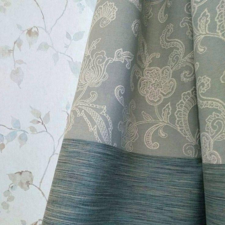 Фрагмент штор для детской @elena.leno: комбинация двух тканей из коллекций Bungalow и Tom ll #Galleria_Arben. Нижняя часть поддерживает текстуру обоев, мебели и пола. Верхняя часть с растительными мотивами перекликается с элементами обоев и создает ощущение легкости #шторы #ткани #портьеры #fabric #декорокна