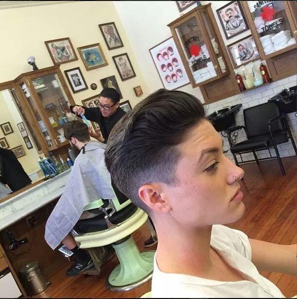 Ragazza dal barbiere
