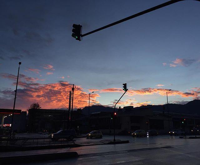 Hace muchísimo rato no veía esto y menos en Bogotá. Lindo amanecer! Wonderful sunrise!  #YaEsDeSol #NoviaNoLeasEsto #Sun #Sunrise #Amanecer #BuenosDias #GoodMorning #NoFilter #SinFiltro #igersColombia #igersBogota
