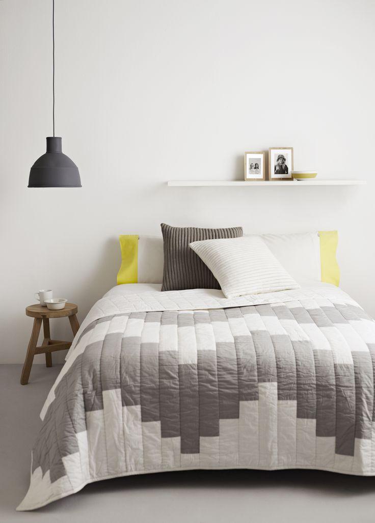 Uma colcha com detalhes em tons de cinza também garante estilo dependendo da…