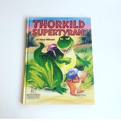 """""""Thorkild Supertyran"""" af Hans Wilhelm. Udgivet af Bogklubben Rasmus i 1991. Med navn, men ellers fin stand👌🏻✨ 35 kr.  #thorkildtyran #supertyran #billedbog #tilsalg #nostalgi #huskerdu #højtlæsning #sengetid #godnathistorie #trex #loppe #bogklub #thorkild #bogsalg #børnebøger #tilbørn #børneværelse #læs #loppefund #loppesalg #genbrugsguld #genbrug #børnelitteratur #sælges #salg #genbrugsfund #billedbøger #bøger #bøgertilsalg #illustration"""