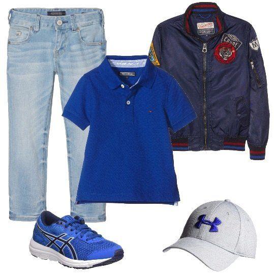 Un bimbo che non rinuncia ad essere comodo indosserà: un paio di jeans larghi, una polo blu, con spacchetti laterali, un bomber blu, in tessuto impermeabile, con patch, delle comodissime scarpe da ginnastica blu e un cappellino di cotone bianco con visiera, dotato di una fascia interna che assorbe il sudore.