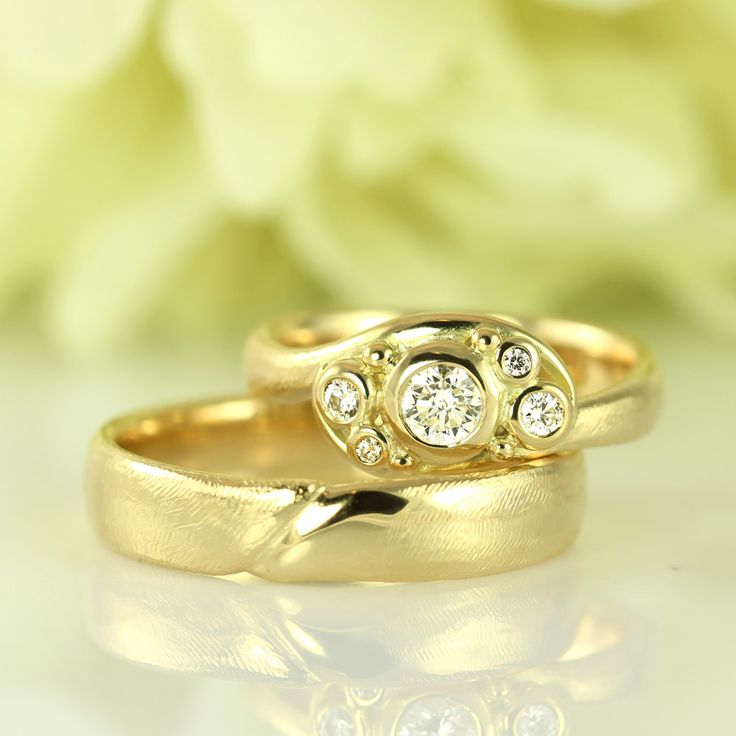 Luxury wedding rings with large and wonderful diamonds.