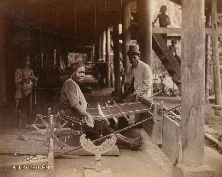 Zijdeweefster in Atjeh. 1892