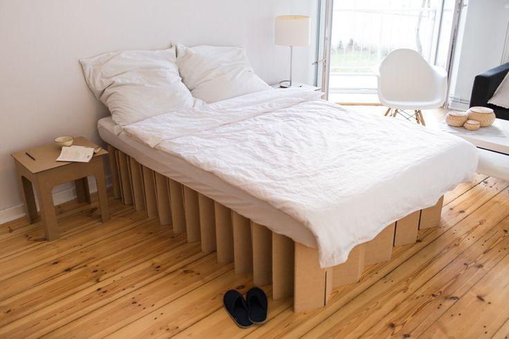 mobiles Pappbett im Schlafzimmer, cardboard bed in a bedroom http://de.roominabox.de/collections/all/products/das-pappbett-2-0