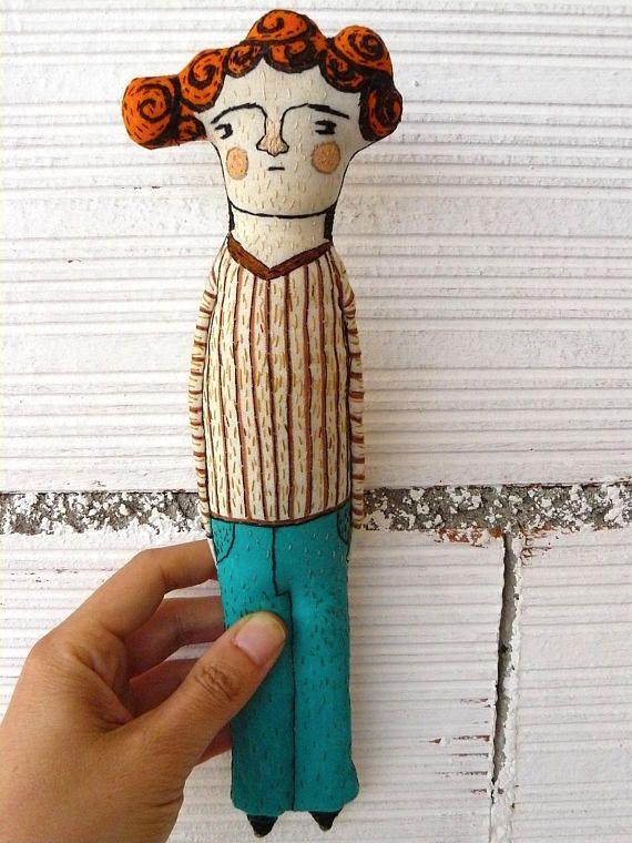 Escultura blanda realizada en lienzo de algodón. Pintada y bordada a mano. Está inspirada en los rostros de la pintura románica española primitiva. La parte trasera no está trabajada, solo tiene puntadas en bruto. Mide 28 cm y es perfecto para colgarlo en la pared o para colocarlo de pie. ¡Gracias por mirar