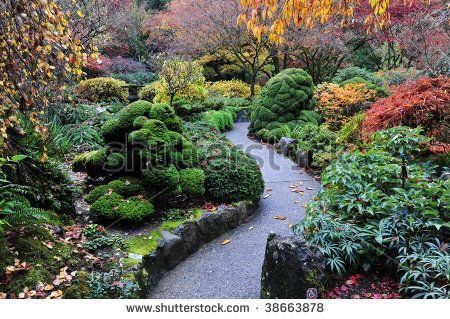 Path through the japanese garden inside the historic butchart gardens in autumn (over 100 years in bloom), vancouver island, british columbia, canada