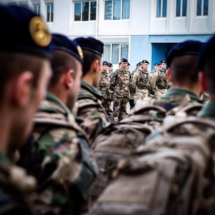Le 16 novembre à midi les Français se sont recueillis en hommage aux victimes des attentats de Paris. Sur les places d'armes le drapeau français est en berne. Dans les formations de l'Armée de Terre ce moment solennel a également été respecté. 1 000 militaires de l'armée de Terre sont actuellement déployés pour assurer la sécurité de la capitale.  #famas #sentinelle #Paris #armée #armeedeterre #armee2terre #munitions #chargeur #renfort #vigipirate #Fusillade #AttentatsParis #attentats…