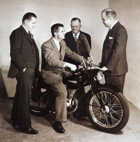 Gordon Davidson, William Harley (hijo), Arthur Davidson y William H. Davidson presentando en 1948 el nuevo modelo de dos tiempos y 125 cc. Harley-Davidson