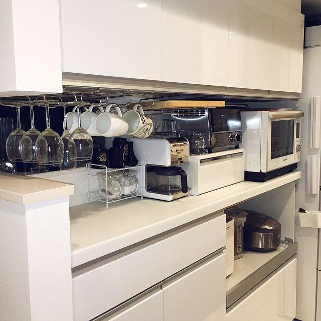 4LDKのシンプルモダン/オーブンレンジ/ブレッドケース/見せる収納/ラップホルダー/北欧食器…などについてのインテリア実例を紹介。「毎日使うまな板、マグカップ、ワイングラスは、それぞれ専用のホルダーにぶら下げてカフェ風に収納。冷蔵庫の側面には『イデアコ』のラップホルダーをくっ付けて。いずれも使いたい時にすぐに取り出せ、とっても便利。 ちなみにラップホルダーは、人気の無印、カインズ等も比較検討した結果、いちばん値が張る『イデアコ』に軍配が上がりました。22cmサイズ、30cmサイズ共にこれらを購入。実際、とても使いやすいです。」(この写真は 2016-10-01 21:44:33 に共有されました)