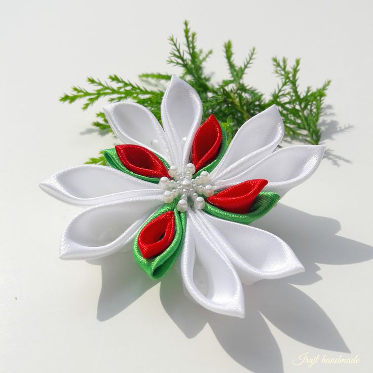 Jako+čtyřlístek+Sněhová+vločka+vyrobená+technikou+kanzashi+ze+saténových+stuh.+Tato+vločka+je+kombinací+bílé,červené,zelené+Dozdobena+je+dekorativní+bílou+perleťovou+vločkou.Průměr+vločky+je+9cm.+Cena+za+1kus!+>