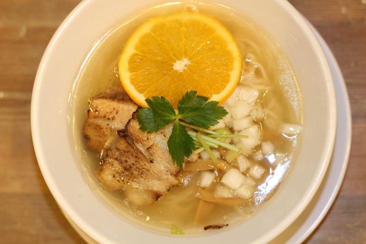 こんにちは、メシ通レポーターのケメコです。 ラーメンのスープって、ほんとたまりませんよね。レンゲですくってズズっと口に入れると、ベースのスープにコクやら塩気やらうま味やら、おいしい調味料が絶妙に絡み合って、胃の奥深くから「んめぇ〜」ってなります。 そんな「んめぇ〜」って思わず唸ってしまう1杯を、今回はご紹介したいと思います。 限定塩ラーメンにうっとり 大阪の地下鉄・谷町線の谷町六丁目駅を降り、谷町通り沿いをミナミ方面に向かって進むと、ありました「希望新風 谷町7丁目店」。 カウンター席とテーブル席がありますよ。 ラーメンのメインメニューはこちら! どれも美味しそうなのですが、今回ご紹介するのは…