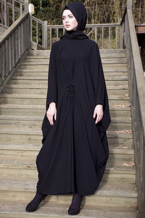Arzu Ergen Siyah Papatya Aksesuarlı Önden Toplamalı Elbise