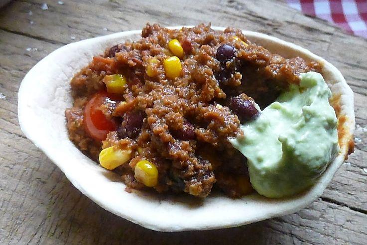 Bonjour les momozamis! Pour contenter mes 2 djeuns,hier nous avons mangé du chili corn carne agrémenté d'une crème de guacamole qui apporte de la fraîcheur au plat ...Pour eux dans une barquette de tortillas,pour moi juste dans l'assiette,je trouve que...