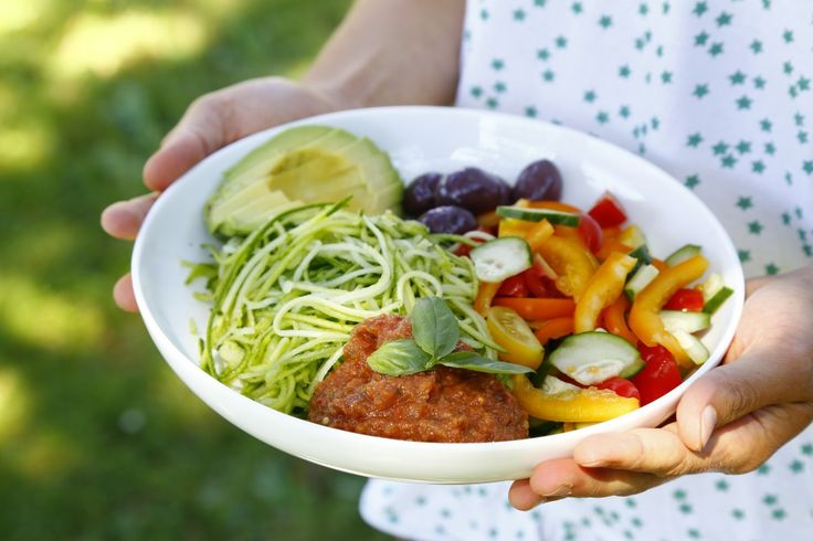 Raw Courgette Spaghetti Bowl {Guest Post by Food Moods} | Del's cooking twist