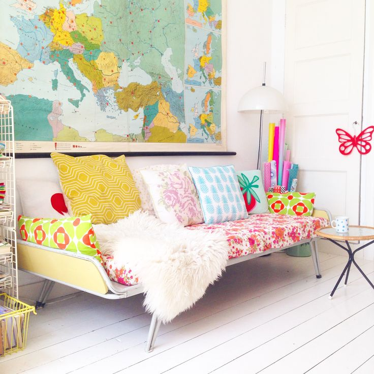This is a old vintage bed (Auping i think) , i put it in the living room, and turn it in to a bench