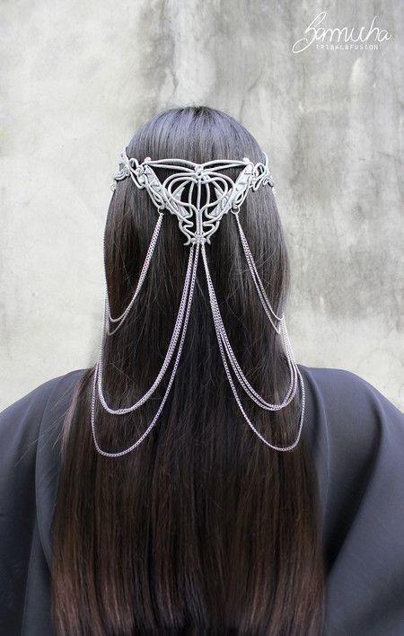 Coroa feita em porcelana fria, pintada à mão. Decorada com cristais swarovski e correntes prata. Celtic, lord of rings, wedding, bride
