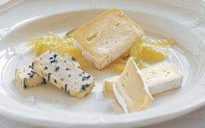 3 slags ost med fennikelkompot Fenniklen er et lækkert sur-sødt tilbehør til ost. Server med groft brød.