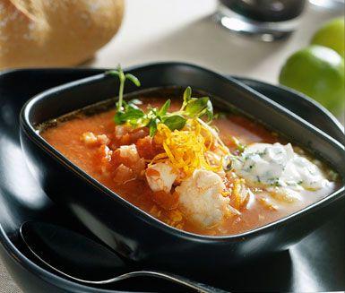 Utsökt fisksoppa med fänkål och apelsin som smaksättare. Koka torsken tillsammans med fänkål, vitlök, tomater och apelsinskal. Krydda med kajennpeppar och salt.