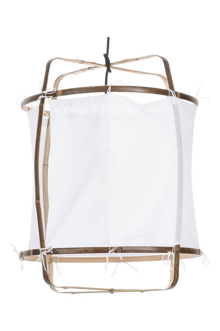 Hygge in the Air! Der luftige Lampenschirm aus Bambus und weißem Baumwolltuch passt perfekt zum gemütlichen Interior Trend der Dänen. Die natürlichen Materialien sowie die Tatsache, dass jede Pendelleuchte handgefertigt ist, machen die Lampe zum must-have für hyggelige Vibes in Eurem Zuhause.